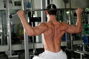 É importante sempre manter o corpo reto e o abdome contraído durante os exercício. Foto: Shutterstock