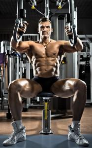 As estações de musculação ajudam a ganhar músculos ou mesmo manter o corpo em forma. Foto: Shutterstock